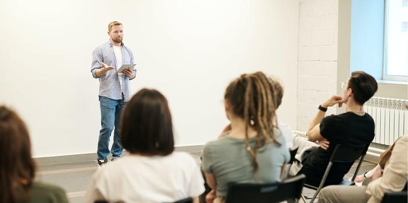 erfolgreich-praesentieren-mann-haelt-einen-vortrag