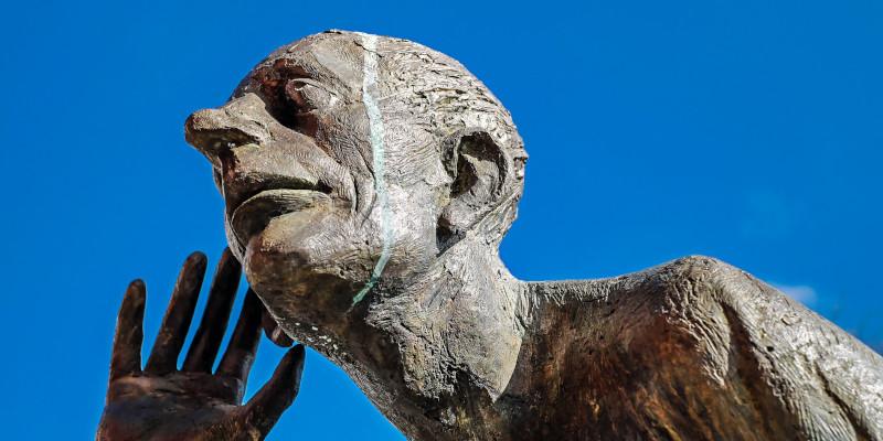 active-listening-zuhoerende-statue