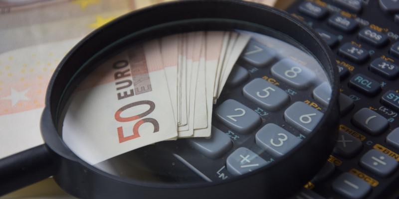 bildungsfonds-studieren-ohne-finanzielle-sorgen-geld-und-ein-taschenrechner