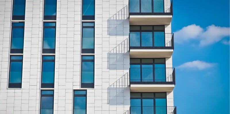 karriere-als-immobilienmakler-gebaeude-mit-großen-fenstern