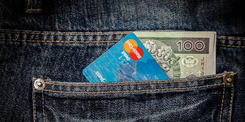 sparkonten-fuer-studenten-im-vergleich-kreditkarten-in-hosentasche