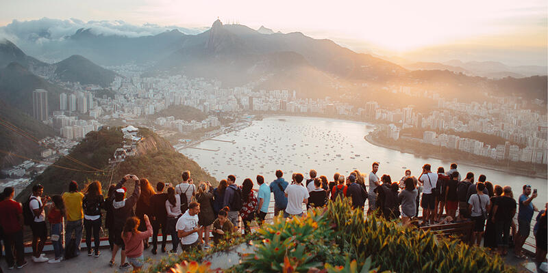 karriere-im-tourismus-touristen-auf-einerm-aussichtspunkt