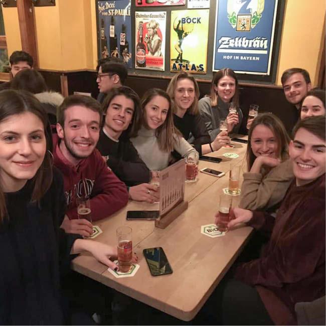 auslandsstudenten-in-einer-bar