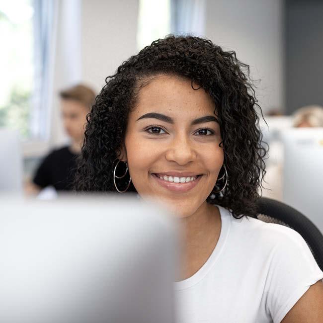 bachelor-betriebswirtschaft-und-management-studentin-computer