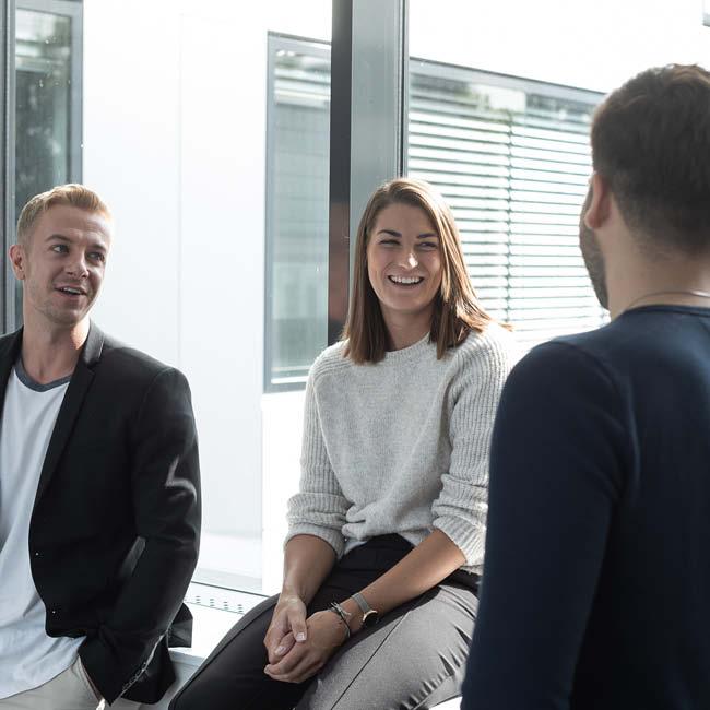 bachelor-betriebswirtschaft-und-management_Immobilienmannagement_studentin lacht