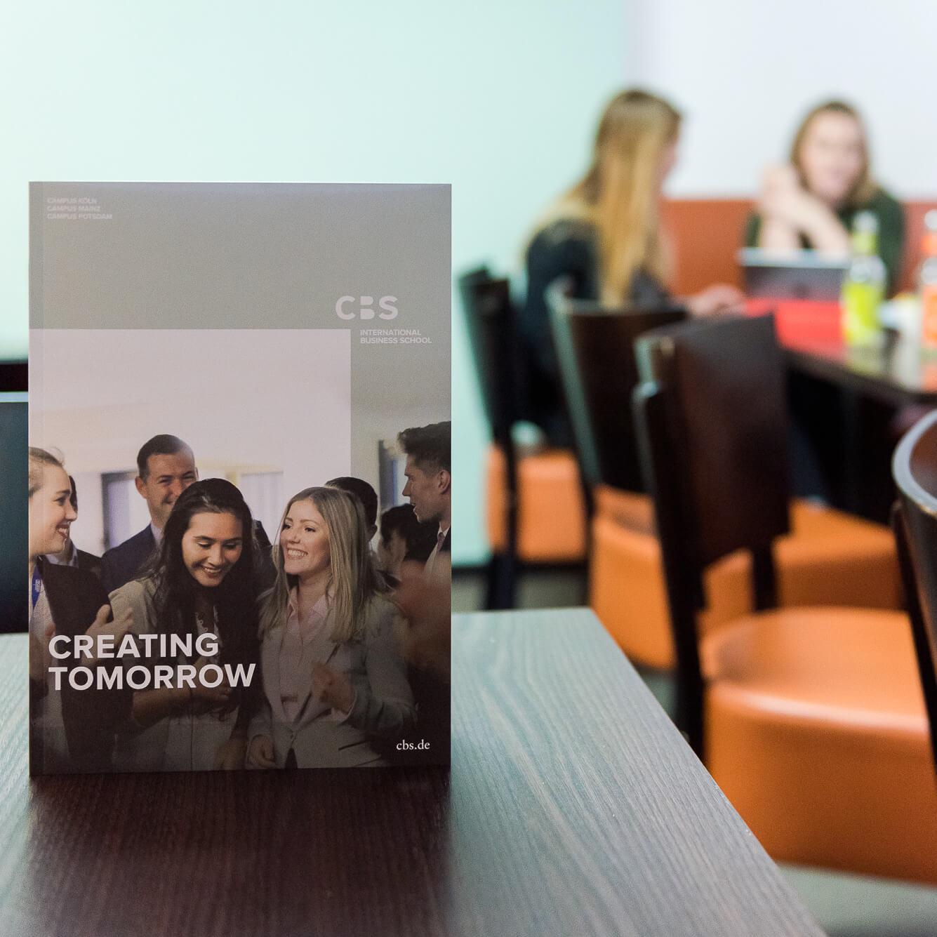 campus-koeln-studentinnen-in-der-cafeteria