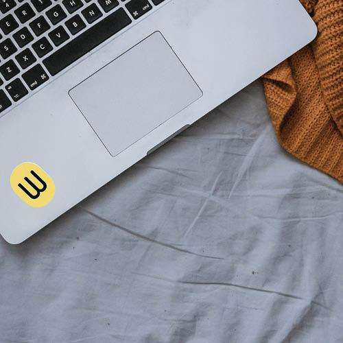 leben-in-koeln-studienwerke-logo-auf-einem-laptop