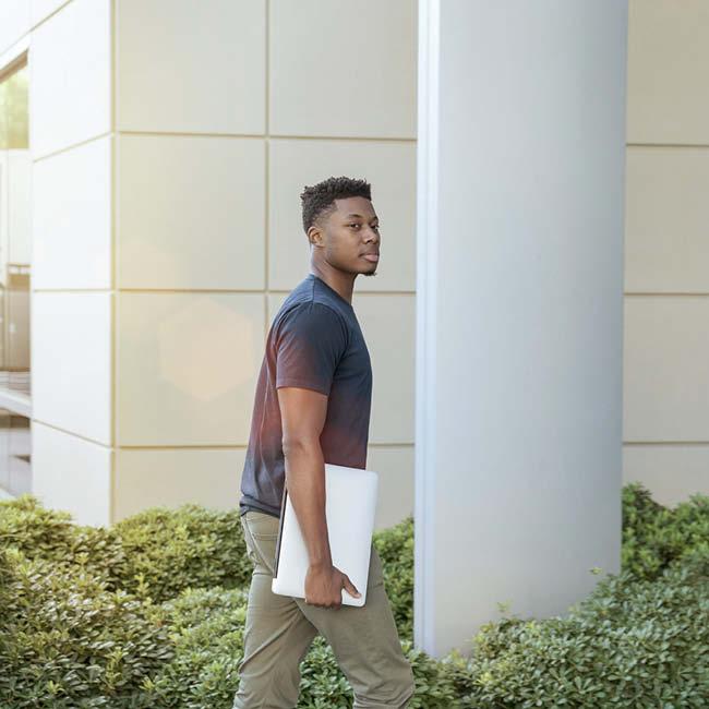 arbeiten-studium-student-auf-dem-weg