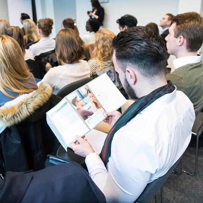 career-service-student-im-vortrag