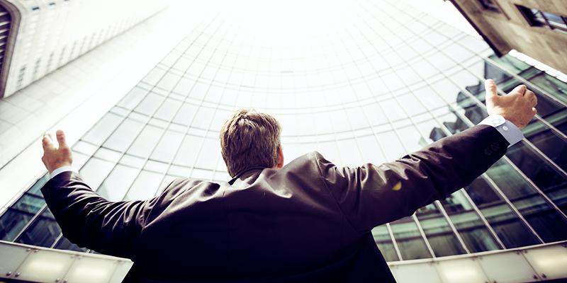 warum-sollten-sie-wirtschaftspsychologie-studieren-mann-vor-einem-gebaeaude